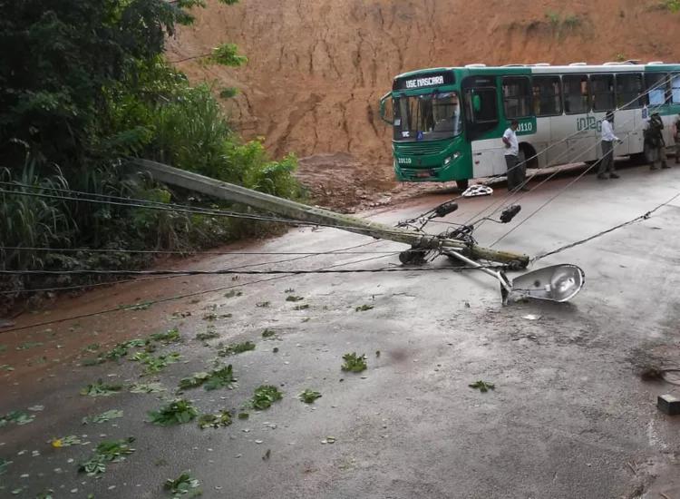 Ainda não se sabe o que teria causado a queda do poste - Foto: Divulgação | Transalvador