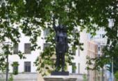 Estátua de mercador de escravos é substituída por escultura de manifestante negra na Inglaterra | Foto: