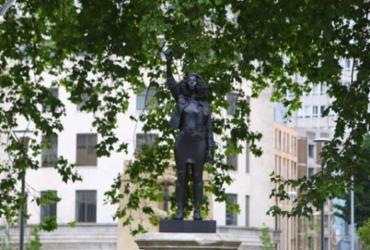 Estátua de mercador de escravos é substituída por escultura de manifestante negra na Inglaterra  