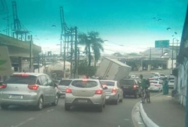 Caminhão-baú tomba em alça de viaduto da Via Expressa | Reprodução | Redes Sociais