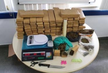 Mulher de 19 anos é presa e drogas avaliadas em R$ 100 mil são apreendidas em Feira de Santana
