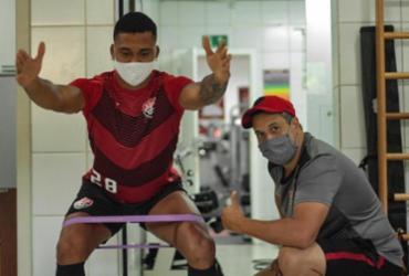Após cirurgia no joelho, zagueiro Carlos inicia processo de fisioterapia | Letícia Martins | EC Vitória