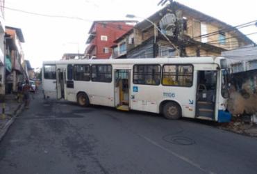 Ônibus bate em casa e bloqueia trânsito na ladeira da Fazenda Grande do Retiro | Divulgação | Transalvador