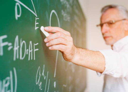 Para contornar crise, faculdades suspendem contratos ou reduzem salários de professores   Reprodução   Freepik