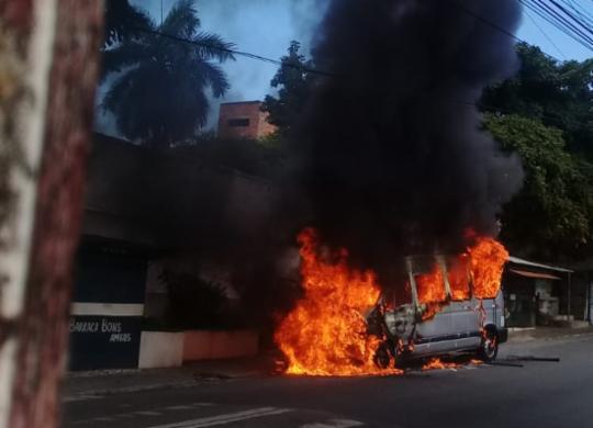 Van pega fogo no bairro do Pau Miúdo   Cidadão Repórter   via WhatsApp
