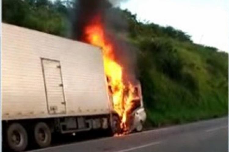 De acordo com a PRF, um terceiro veículo teria forçado uma ultrapassagem indevida | Foto: Reprodução | TV Bahia - Foto: Reprodução | TV Bahia