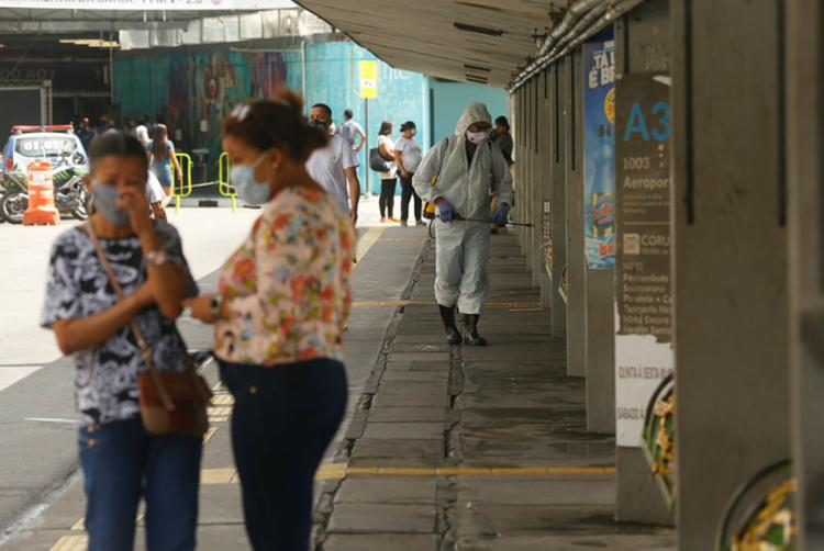 Profissionais fazem a higienização das calçadas da Estação da Lapa, em Salvador   Foto: Rafael Martins   Ag. A TARDE - Foto: Rafael Martins   Ag. A TARDE