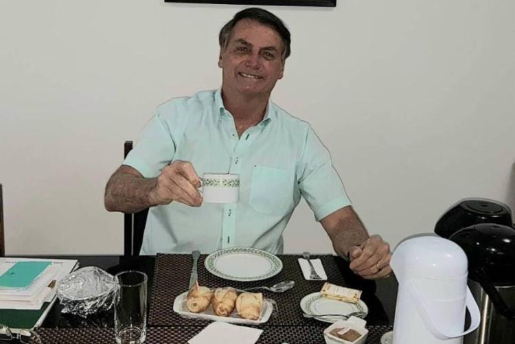 Na publicação, Bolsonaro aparece sorrindo com uma xícara na mão no Palácio da Alvorada - Foto: Reprodução