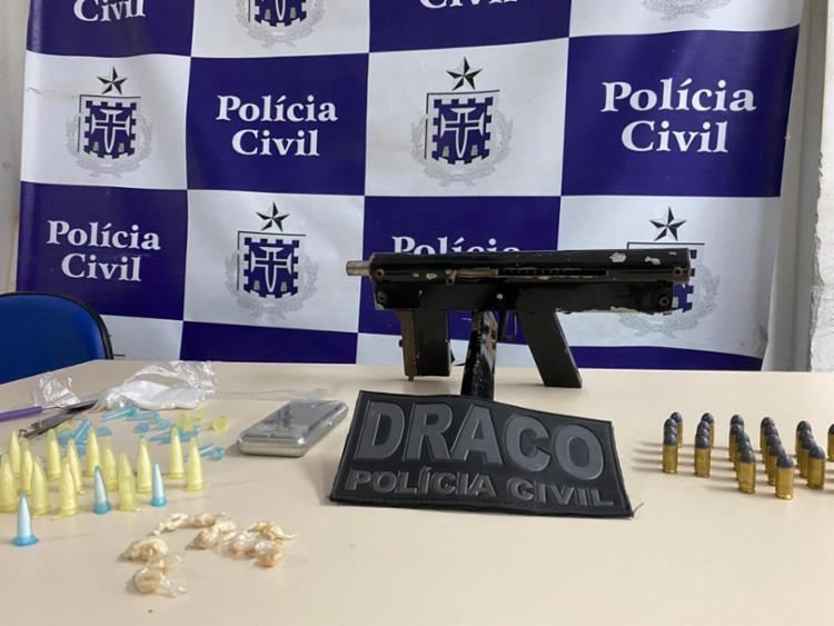 Os entorpecentes e o suspeito foram apresentados na sede do Draco, em Salvador | Foto: Divulgação | SSP - Foto: Divulgação | SSP