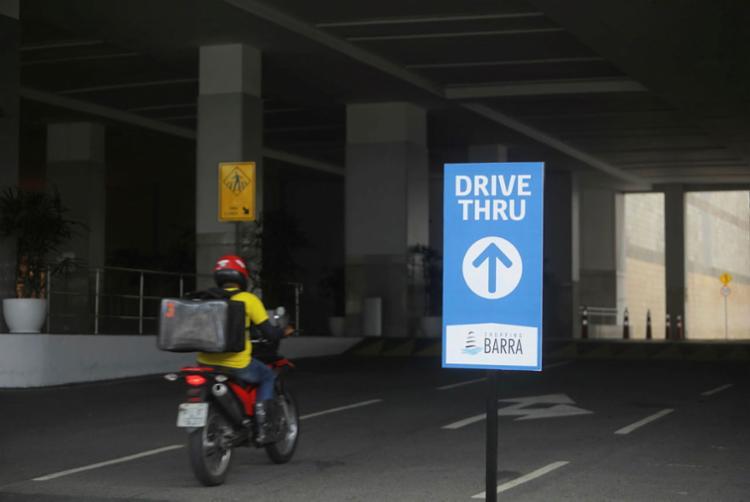 Delivery, drive thru, entre outros, são alternativas dos empresários na pandemia | Foto: Felipe Iruatã | Ag. A TARDE - Foto: Felipe Iruatã | Ag. A TARDE