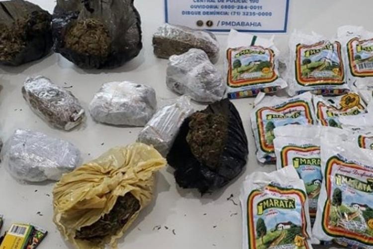 Drogas foram arremessadas por trio   Foto: Divulgação   SSP - Foto: Divulgação   SSP
