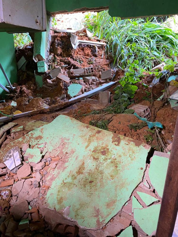 Com as chuvas das últimas horas, um barranco, que fica próximo, cedeu e invadiu a residência | Foto: Cidadão Repórter | Via WhatsApp - Foto: Cidadão Repórter | Via WhatsApp
