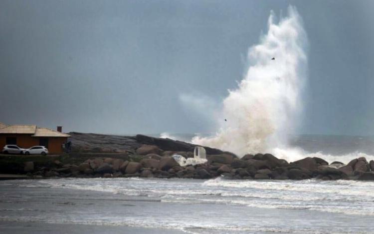 Em Caravelas, ondas poderão chegar a quatro metros de altura - Foto: Reprodução
