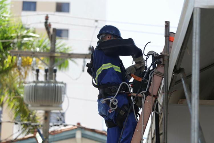 Trabalhadores atuam nos serviços técnicos de linha viva, poda e construção de redes | Foto: Joá Souza | Ag. A TARDE - Foto: Joá Souza | Ag. A TARDE