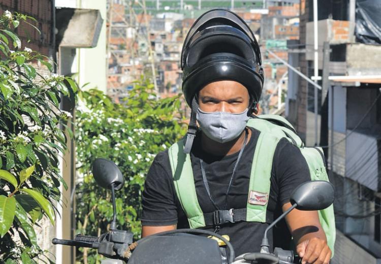 Leandro Bonfim é entregador há cinco meses | Foto: Shirley Stolze | Ag. A TARDE - Foto: Shirley Stolze | Ag. A TARDE