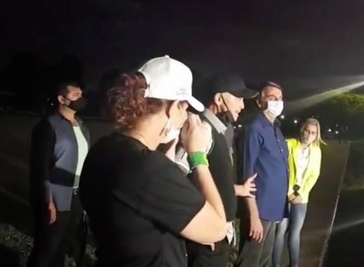 Netinho retirou a máscara para falar com apoiadores do presidente - Foto: Reprodução | Facebook