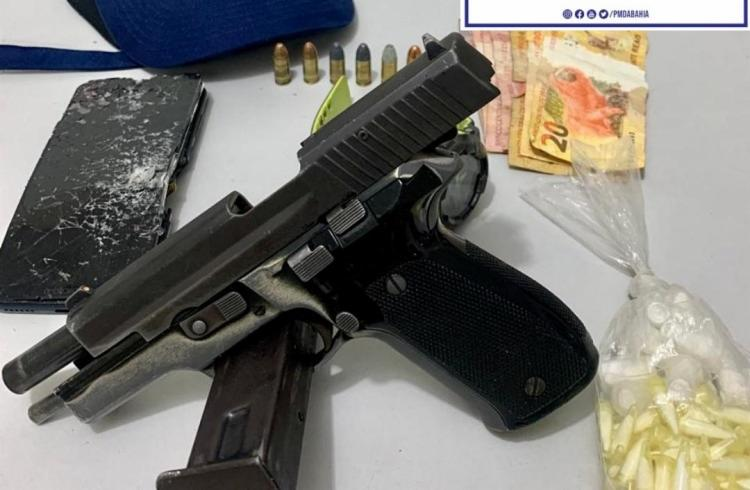 Pms apreenderam pistola de uso restrito, de fabricação chinesa, carregador, munições e 122 pinos de cocaína e um celular   Foto: Divulgação   SSP-BA - Foto: Divulgação   SSP-BA