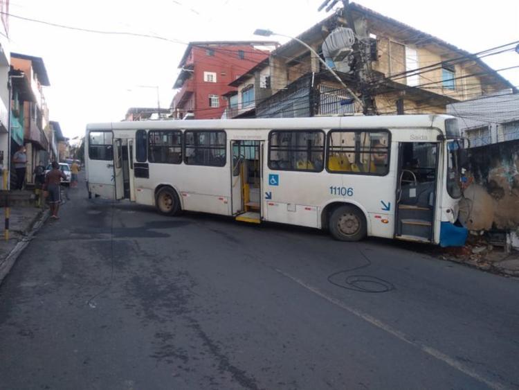 Acidente bloqueou o trânsito nos dois sentidos | Foto: Divulgação | Transalvador - Foto: Divulgação | Transalvador