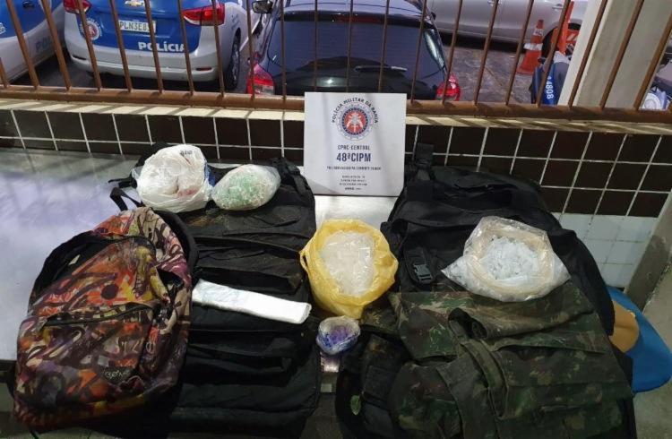 Após ataque, a polícia apreendeu sete coletes balísticos e pouco mais de 4 mil pinos que seriam usados para embalar cocaína | Foto: Divulgação | SSP-BA - Foto: Divulgação | SSP-BA