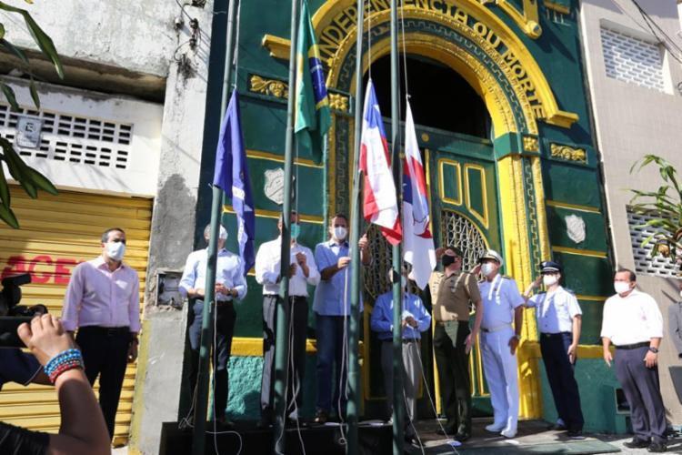 Autoridades na cerimonia de hasteamento das bandeiras no Dois de Julho - Foto: Divulgação