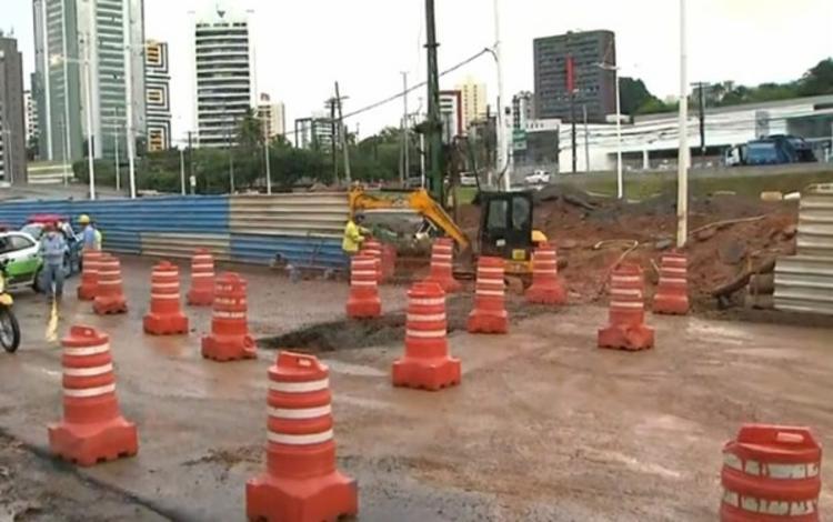 Buraco causou problemas no trânsito da região | Foto: Reprodução | Rede Bahia - Foto: Reprodução | Rede Bahia
