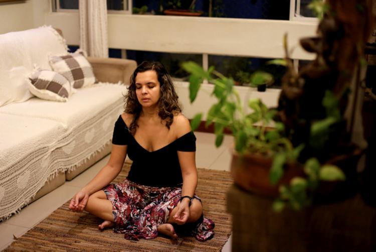 A engenheira e bióloga Laira Maissa pratica meditação para se manter relaxada | Foto: Adilton Venegeroles | Ag. A TARDE - Foto: Adilton Venegeroles | Ag. A TARDE