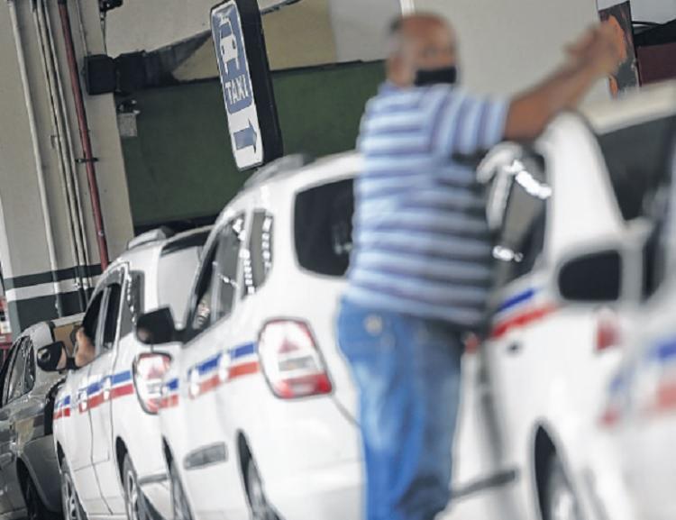 Taxistas amargam fraco movimento | Foto: Rafael Martins | Ag. A TARDE - Foto: Rafael Martins | Ag. A TARDE