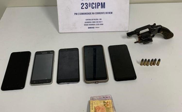 Com o trio, preso em flagrante, foram recuperados cinco smartphones e uma pequena quantia em dinheiro | Foto: Divulgação | SSP-BA - Foto: Divulgação | SSP-BA