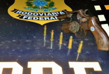 Motorista bêbado é preso com carro roubado e arma na BR-407