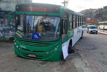 Ônibus cai em buraco na Baixa do Fiscal após assalto no Itaigara | Arquivo Pessoal