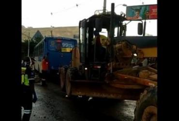 Ônibus é retirado por trator após cair em canteiro de obras do BRT   Divulgação   Transalvador