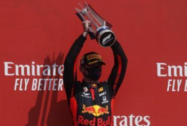 Verstappen supera Hamilton e vence GP dos 70 anos da Fórmula 1 |