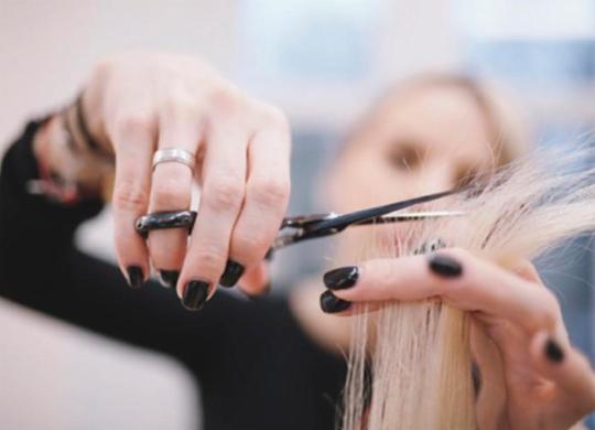 Salões de beleza retomam as atividades sem barba e maquiagem | Reprodução | Freepik