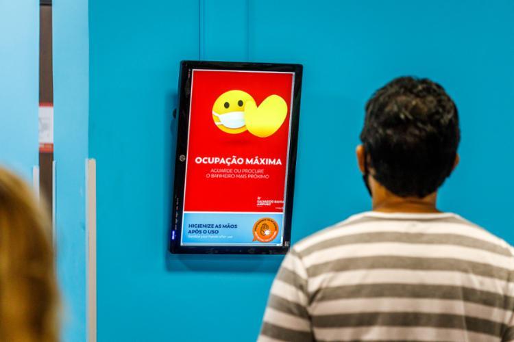 Tela na entrada do banheiro monitora, em tempo real, a ocupação do local - Foto: Divulgação