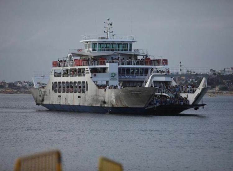 Embarcações trafegam com 50% da capacidade de passageiros, para evitar aglomeração - Foto: Felipe Iruatã | Ag. A TARDE