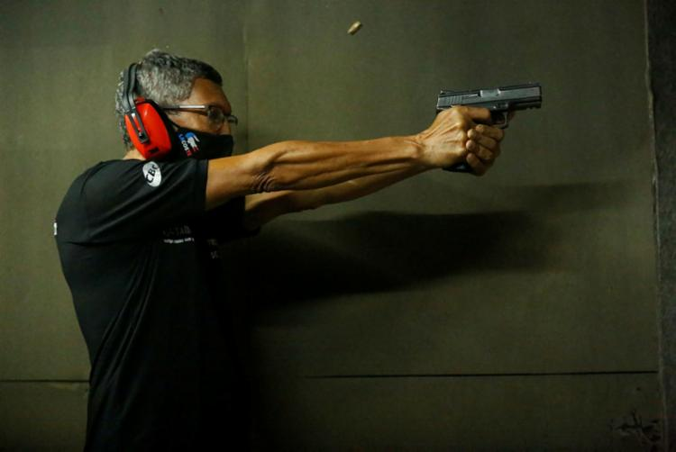 Na NATT Academia de Tiro, em Salvador, houve um aumento de 40% no número de clientes dos cursos para manejo de armas | Foto: Rafael Martins | Ag. A TARDE - Foto: Rafael Martins | Ag. A TARDE