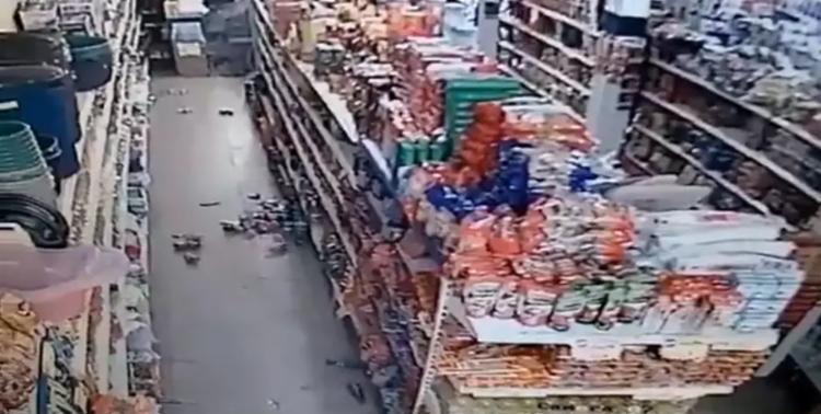 Produtos chegaram a cair de prateleiras dentro de um supermercado | Foto: Reprodução - Foto: Reprodução