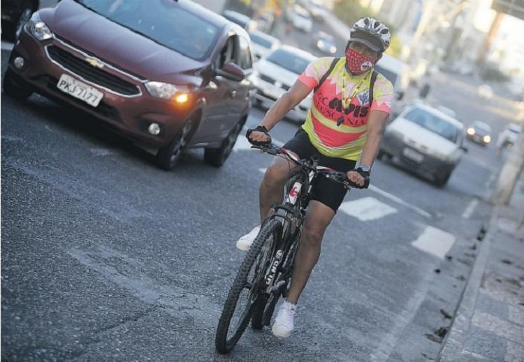 Auxiliar de serviços gerais Jorge Correia não abre mão da bicicleta para chegar ao trabalho   Foto: Felipe Iruatã   Ag. A TARDE - Foto: Felipe Iruatã   Ag. A TARDE