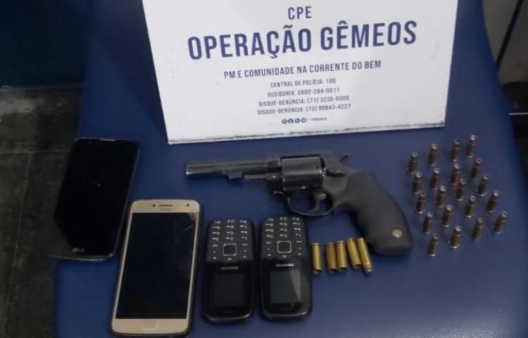 Arma, munições e celulares foram apreendidos na ação | Foto: Divulgação | SSP-BA - Foto: Divulgação | SSP-BA