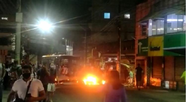 Na ação, um ônibus da empresa Integra ficou atravessado na pista e ainda foi ateado fogo no local - Foto: Reprodução