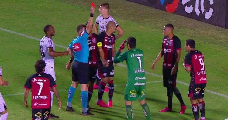 Além de Vico, o Leão também teve o centro-avante Léo Ceará expulso | Foto: Reprodução | TV Bahia - Foto: Reprodução | TV Bahia