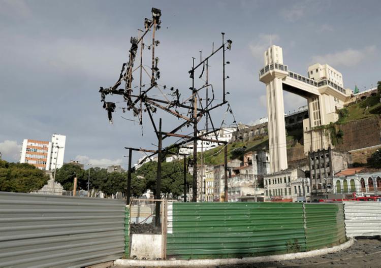 Monumento após incêndio: ainda esperando | Foto: Uendel Galter | Ag. A TARDE - Foto: Uendel Galter | Ag. A TARDE
