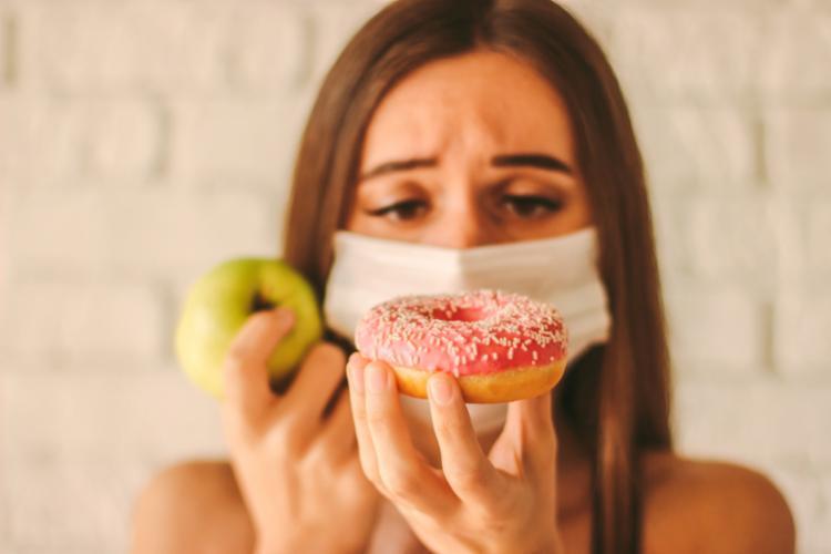 Nutricionista explica que é possível seguir uma alimentação balanceada e manter-se ativo fisicamente mesmo dentro de casa - Foto: Reprodução | Freepik