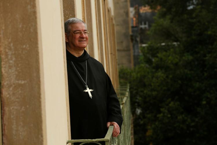O religioso dedica parte do tempo livre à leitura | Foto: Rafael Martins | Ag. A TARDE - Foto: Rafael Martins | Ag. A TARDE