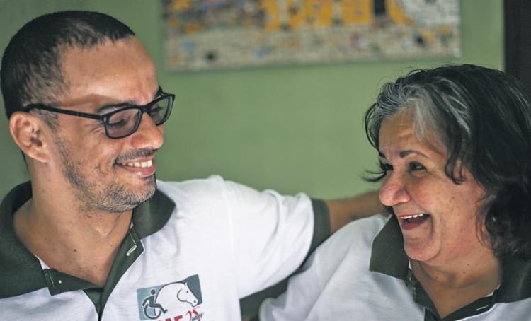 Maria Cristina Brito, presidente da Abae, com o filho Yuri, 39 anos, que motivou a criação da entidade | Foto: Raphael Muller | Ag. A TARDE - Foto: Raphael Muller | Ag. A TARDE