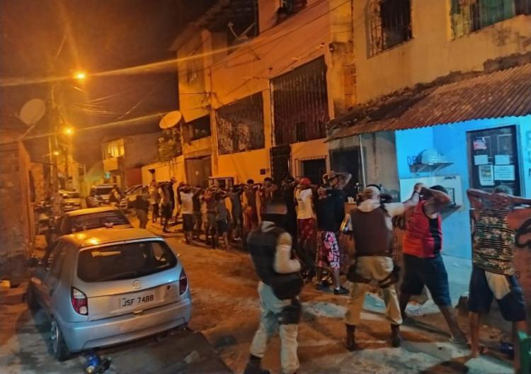 Grupo estava aglomerado, a maioria sem máscara e ouvindo som em alto volume | Foto: Divulgação | SSP - Foto: Divugação | SSP