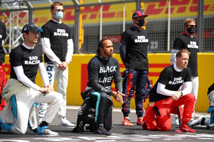 Lewis Hamilton, o único piloto negro na Fórmula 1, usava camisa com o slogan