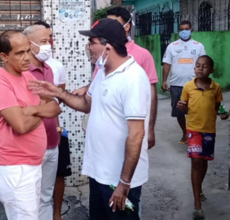 Na imagem, ele aparece com latas de cerveja na mão, além de não respeitar a distância exigida pelas autoridades | Foto: Cidadão Repórter | Via WhatsApp - Foto: Divulgação