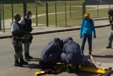 Mulher desmaia após ser assaltada na orla da Boca do Rio | Foto: Alberto Luciano | TV Bahia
