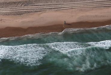 Corpo de homem é encontrado boiando na praia da Boca do Rio | Raul Spinassé | Ag. A TARDE